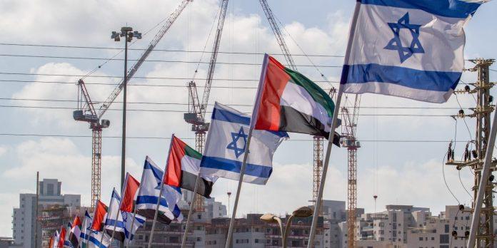 Flaggen der Vereinigten Arabischen Emirate und Israels in Netanya. Foto Flash90