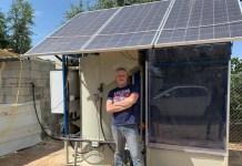 Clive Lipchin vom Arava-Institut mit dem Prototyp eines Abwasserbehandlungssystems in einem Beduinendorf. Foto: zVg