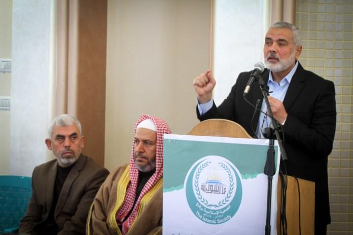 Yahya Sinwar (links), der Leiter der Hamas im Gazastreifen, mit den hochrangigen politischen Führern Khalil al-Haya (Mitte) und Ismail Haniyeh. Foto Abed Rahim Khatib/Flash90.
