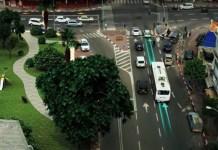 Illustration eines Elektrobusses, der auf einer Strecke der Electreon Smart Road fährt und sich während der Fahrt auflädt. Screenshot ElectReon / Youtube