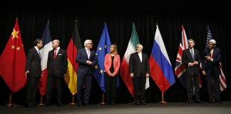 Atomdeal mit dem Iran: Einigung in Wien am 14 Juli 2015. Von links nach rechts: Außenminister/Staatssekretäre Wang Yi (China), Laurent Fabius (Frankreich), Frank-Walter Steinmeier (Deutschland), Federica Mogherini (EU), Mohammad Javad Zarif (Iran), Philip Hammond (Großbritannien), John Kerry (USA). Foto Bundesministerium für Europa, Integration und Äusseres - Iran Talks, CC BY 2.0, https://commons.wikimedia.org/w/index.php?curid=41591579