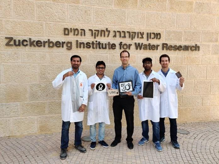 Der Wissenschaftler der Ben-Gurion-Universität Chris Arnusch (Mitte) und sein Forschungsteam. Foto Ben-Gurion University of the Negev