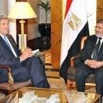 Der damalige Demokratische US-Aussenminister John Kerry (links) trifft sich am 3. März 2013 in Kairo mit dem damaligen ägyptischen Präsidenten Mohammed Morsi, ein Mitglied der Muslimbruderschaft. Foto U.S. Department of State - https://www.flickr.com/photos/statephotos/8829196852/sizes/o/in/photostream/, Public Domain, https://commons.wikimedia.org/w/index.php?curid=26311279