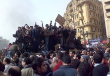 Demonstranten, die am 29. Januar 2011 auf einem Armee-Lastwagen in der Innenstadt von Kairo stehen. Foto Ramy Raoof - Flickr: Demonstrators on Army Truck in Tahrir Square, Cairo, CC BY 2.0, https://commons.wikimedia.org/w/index.php?curid=12851187