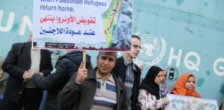 Bewohner des Gazastreifens halten Schilder während einer Solidaritätskundgebung für UNRWA. Foto Majdi Fathi/TPS
