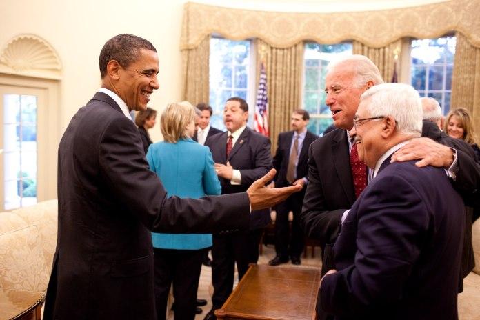 Ex-US-Präsident Barack Obama und der jetzige Präsident und damalige Vizepräsident Joe Biden haben ihren Spass mit dem Präsidenten der Palästinensischen Autonomiebehörde Mahmoud Abbas im Oval Office am 28. Mai 2009. Foto Offizielles Foto des Weissen Hauses / Pete Souza, P052809PS-0073, Public Domain, https://commons.wikimedia.org/w/index.php?curid=54053919