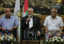 Ismail Haniyeh (Mitte), Vorsitzender des Politbüros der Hamas, bei einem Treffen mit mehreren Anführern anderer militanter Fraktionen im Gazastreifen. Foto Majdi Fathi/TPS