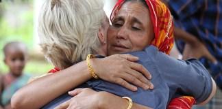 Christliche Frauen in Bangladesch, die Gewalt und Diskriminierung wegen ihres Glaubens erlebt haben, erfahren Trost. Foto Open Doors