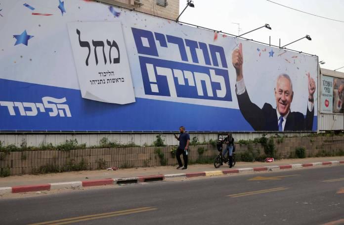 Ein Wahlkampfplakat für den israelischen Premierminister Benjamin Netanjahu von der Likud-Partei. Foto IMAGO / ZUMA Wire