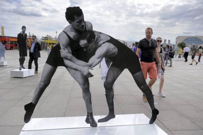 Ringer und Gewichtheber Julius und Hermann Baruch. Aus Anlass der European Maccabi Games wurde 2015 in Berlin vor dem Hauptbahnhof die Ausstellung