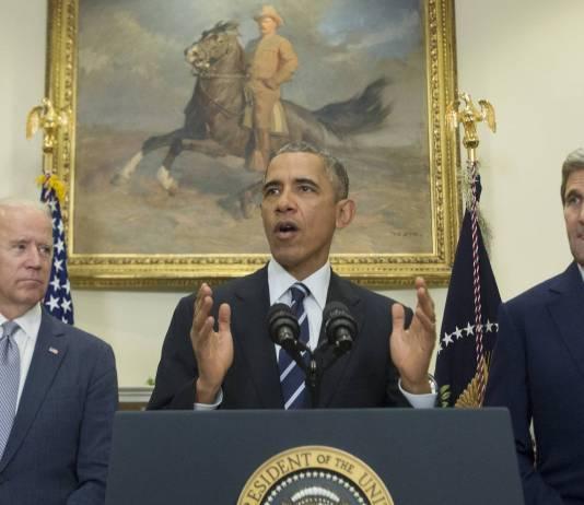 Der ehemalige US-Präsident Barack Obama, neben dem damaligen US-Vizepräsident Joe Biden und Ex-US-Aussenminister John Kerry im Roosevelt Room des Weissen Hauses, in Washington, D.C. am 6. November 2015. Foto IMAGO / UPI Photo