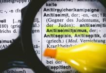 Das Wort Antisemitismus in einem Wörterbuch. Foto IMAGO / Christian Ohde