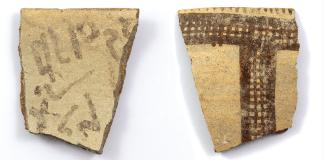 Frühe alphabetische Inschrift auf einer Randscherbe von White Slip II. Foto Antiquity Publications Ltd//J. Dye, Österreichische Akademie der Wissenschaften