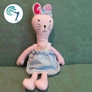 Muñeco con implante coclear