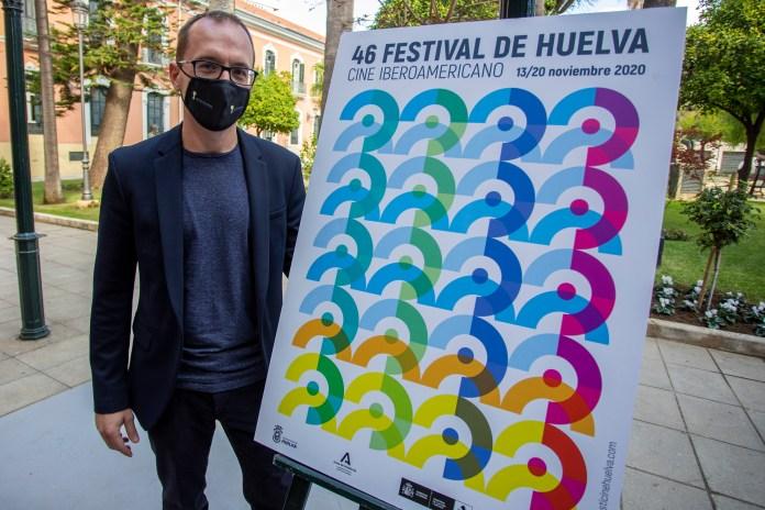 El director Manuel H. Martín, con el cartel