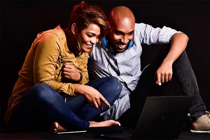 pareja ve ordenador