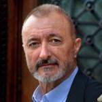Arturo Pérez-Reverte escribe su primera serie de televisión, 'El Último Dragón', para México