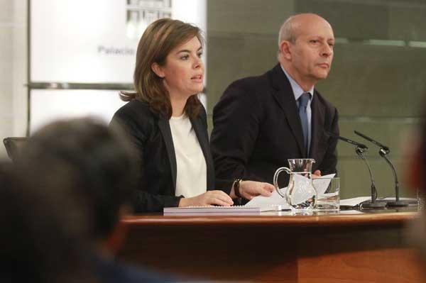La vicepresidenta del Gobierno, Soraya Sáenz de Santamaría, y el Ministro de Educación Cultura y Deprote, José ignacio Wert