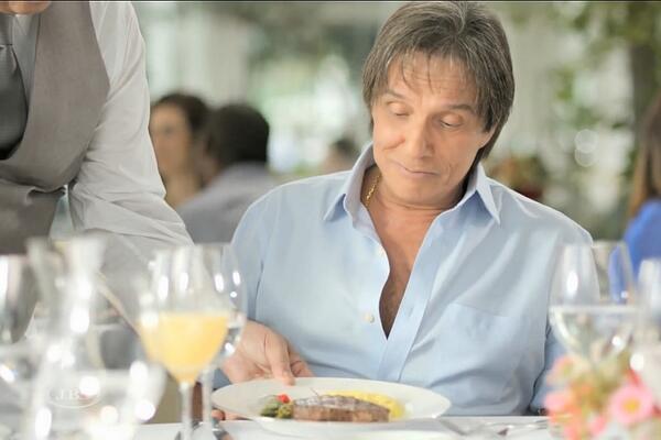 """Roberto Carlos causou polêmica ao aparecer como """"ex-vegetariano"""" em comercial de uma das grandes financiadoras de campanhas políticas brasileiras, a Friboi."""