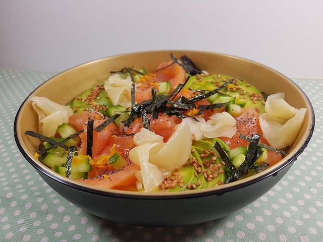 Chirashi au saumon, avocat & concombre