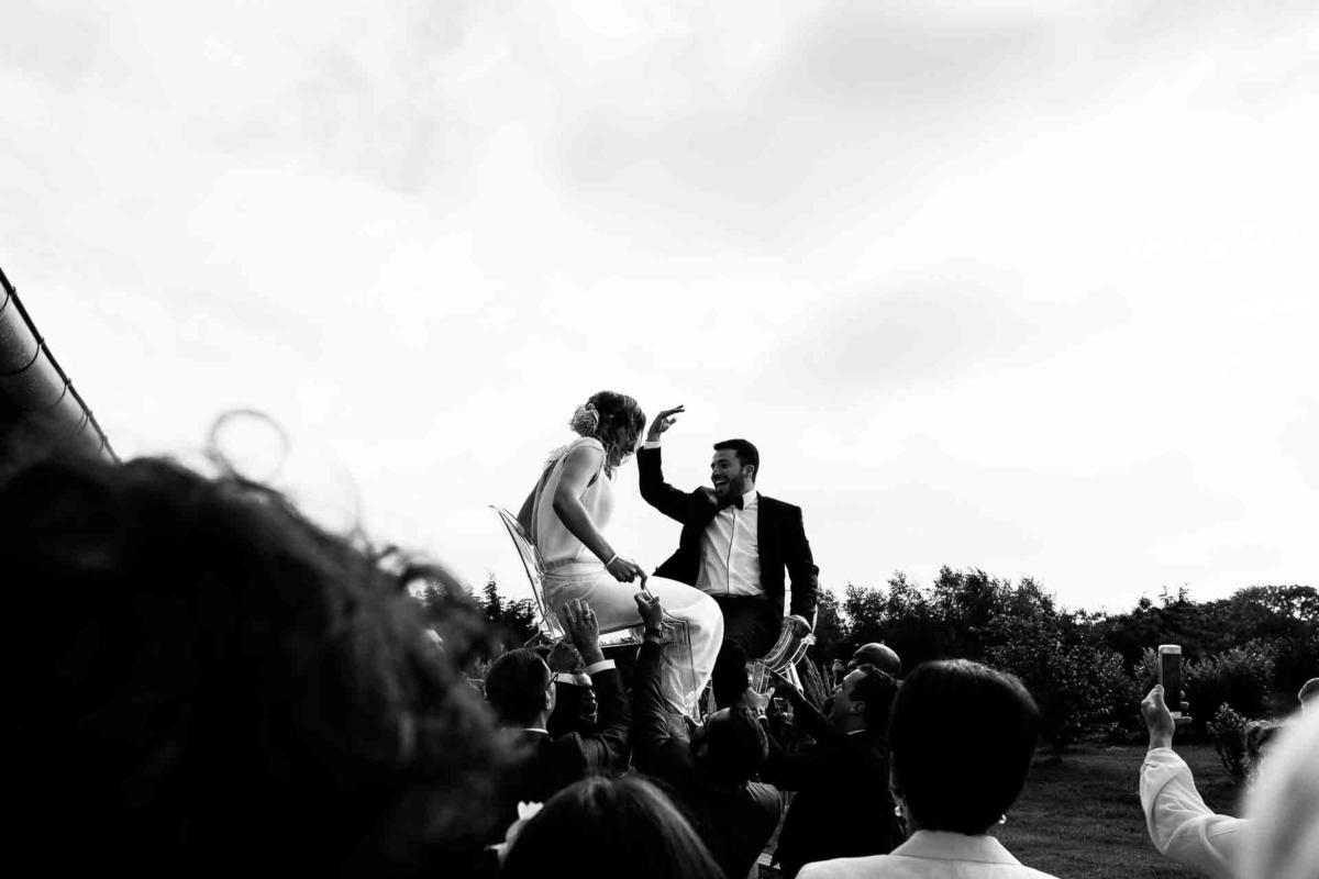 mariage juif dans le calvados, mariés sur une chaise, yala, reportage mariage juif, photographe mariage calvados, mariage à la ferme de la vignette, audrey guyon
