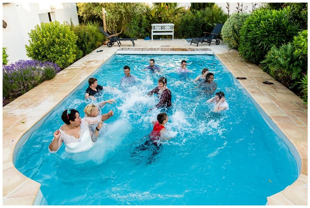 photo de groupe mariage dans une piscine
