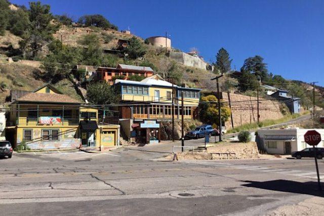 Old Bisbee, Westernhäuser in Mitten der rote Berge
