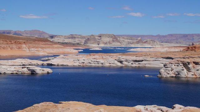 Blauer See Lake Powell in Arizona - rote Berge und blaues Wasser