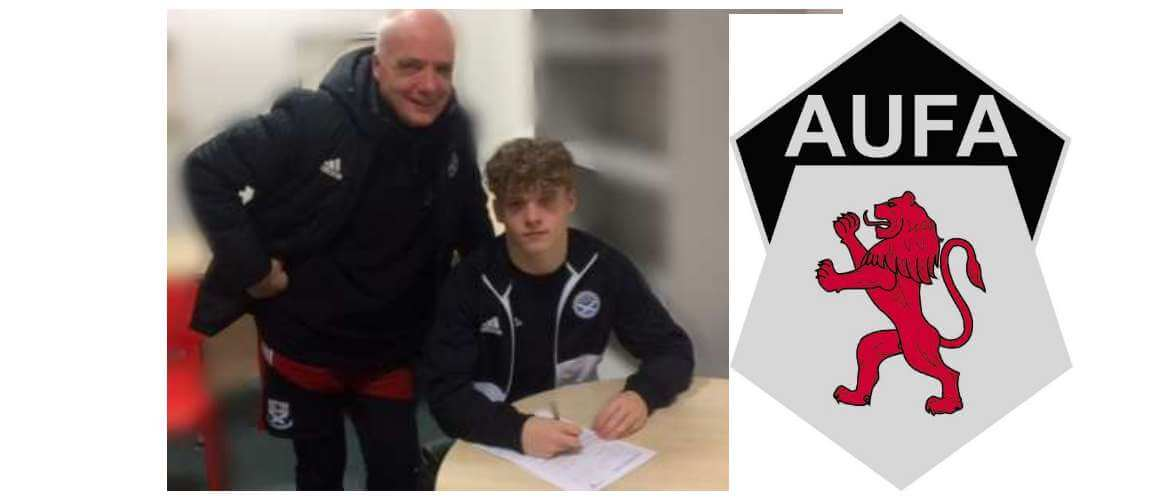 Aiden Moffat signing for the 17's