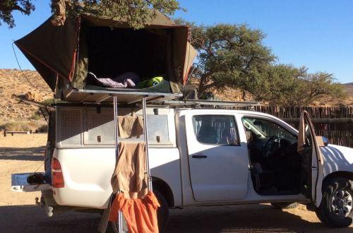 Offroader mit Dachzelt für eine Tour durch Namibia