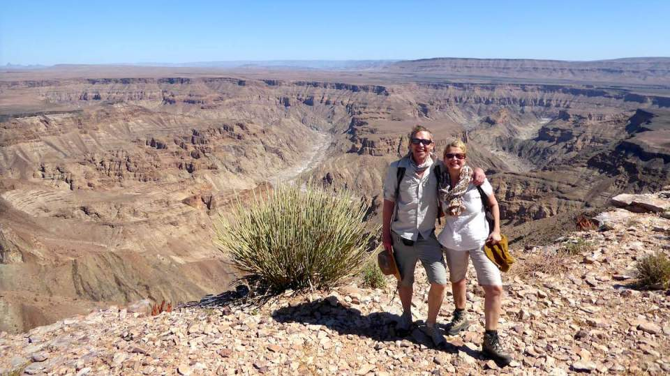Elke Zapf und Wolfgang Eckart stehen am Fish River Canyon in Namibia