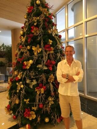 Wolfgang vor einem Weihnachtsbaum im Eingangsbereich eines Hochhauses in Makati auf den Philippinen