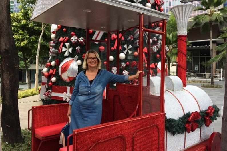 Elke in einer Weihnachtsbahn in Makati auf den Philippinen