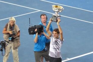AUSopen-Federer-Pokal-hoch