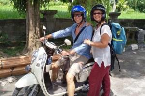 Bali Scooter Crew stehend | aufmerksam reisen