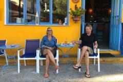 19 Monate auf Weltreise: Elke Zapf und Wolfgang Eckart im Café im griechischen Hafenstädtchen Kioni
