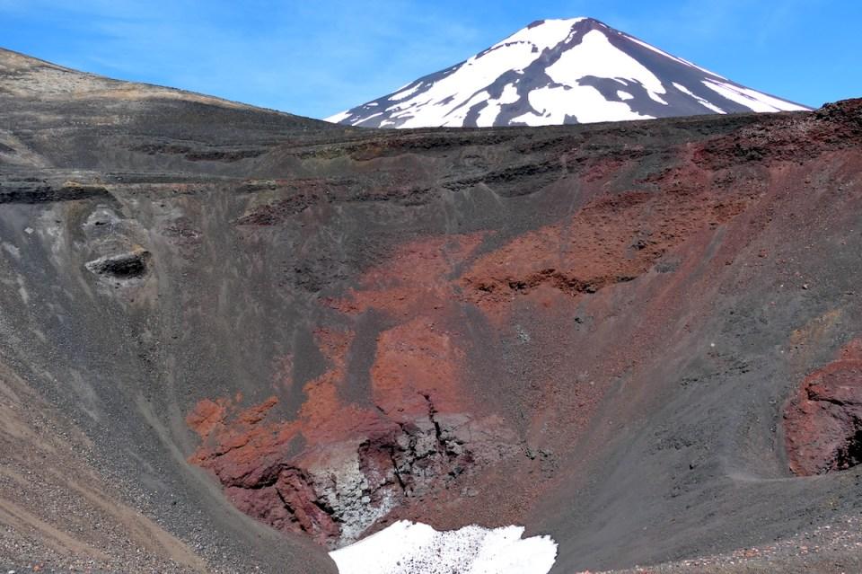 Lavagestein und Schnee am Crater Navidad