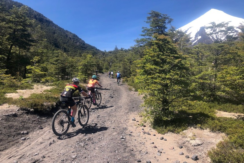 Mountainbiker am Vulkan Osorno in Chile