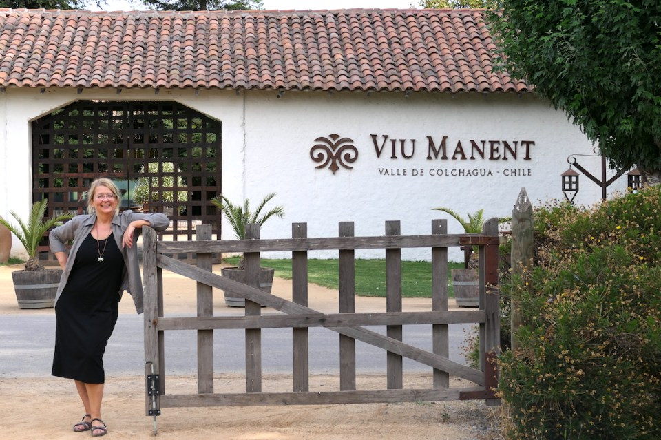 Elke Zapf vor dem Weingut Viu Manent