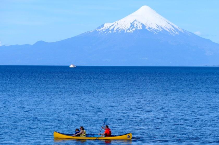 Kanu und Vulkan Osorno in Chile