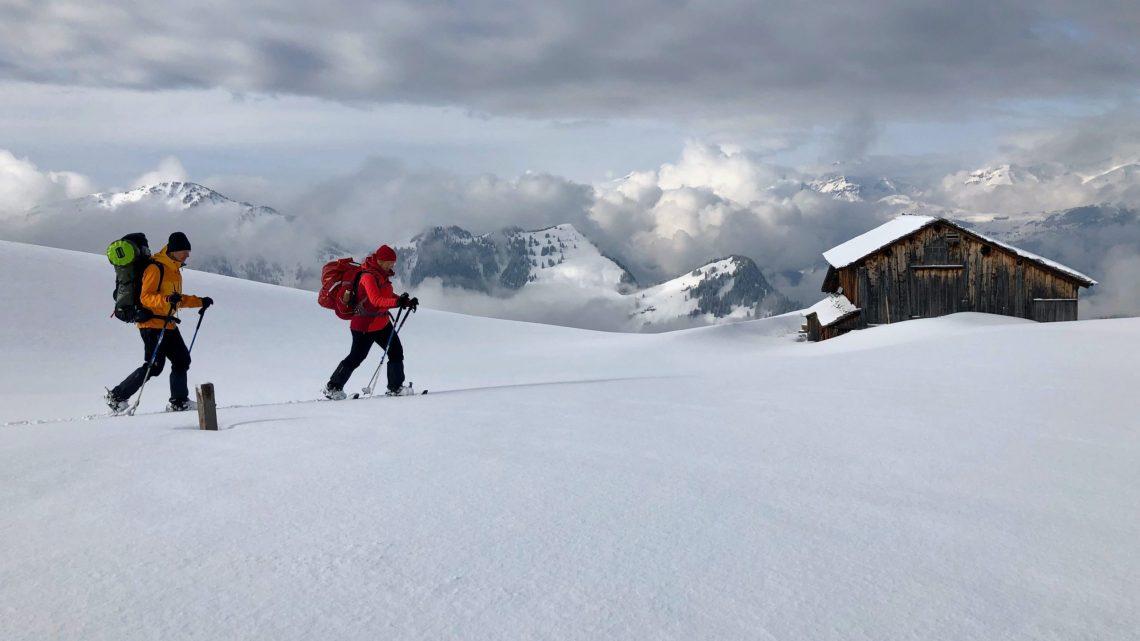 Wolfgang und Elke mit Schneeschuhen bei Sonne.