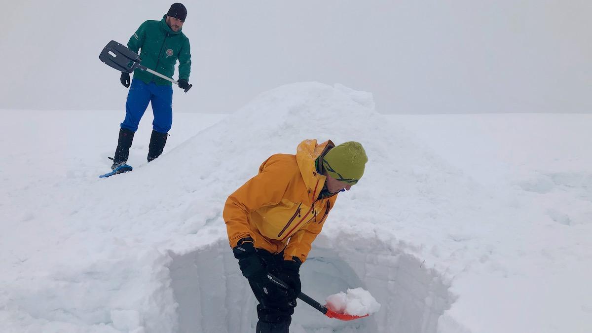 Wolfgang und Stefan bauen das Iglu.