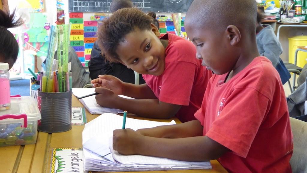 zwei Schüler*innen in der Schule African Angels in Südafrika