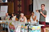 """David Albrich (Plattform für eine menschliche Asylpolitik in Österreich) spricht neben Judith Amler (Attac), Cornelia Kerth (VVN-BdA), Anikó Orsós (European Roma Rights Centre, Ungarn) bei der Podiumsveranstaltung """"Die extreme Rechte in Europa"""""""