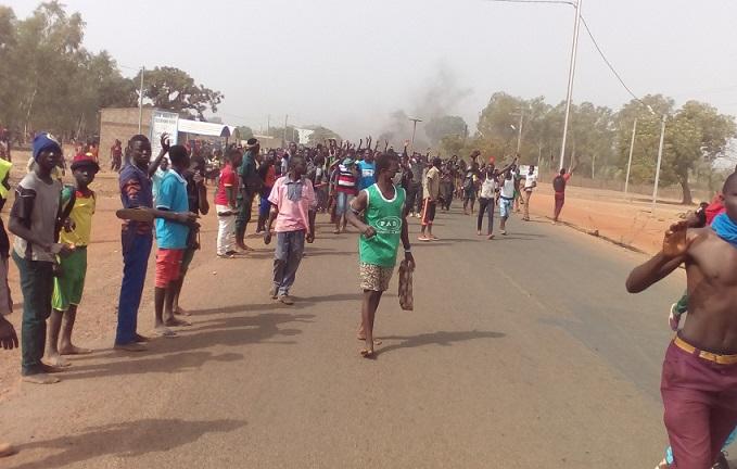 Crise au MENA (1): Toujours des lacrymogènes à Koudougou et barricades à Kombissiri