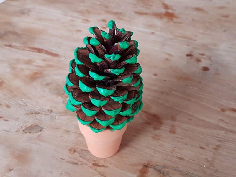 Diy knutsel een dennenappel kerstboom leuk en makkelijk for Mini kerstboom action