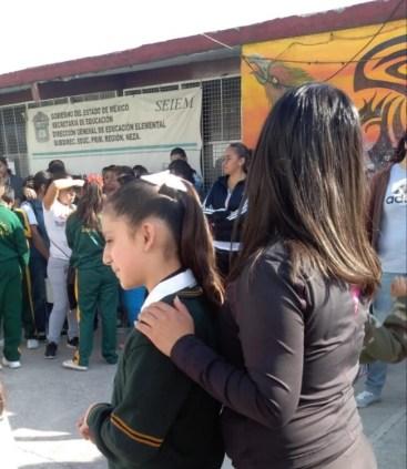 Miles de estudiantes regresan a clases, sin estar su escuela rehabilitada