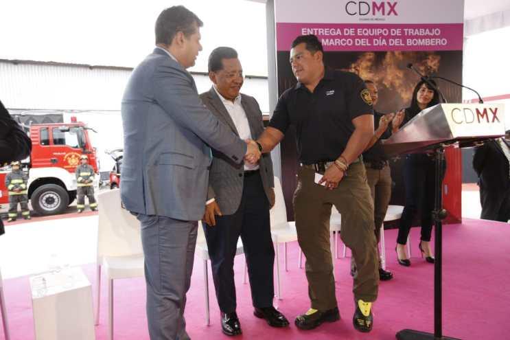 Recibe H. Cuerpo de Bomberos equipamiento de manos del gobierno de la CDMX (5)