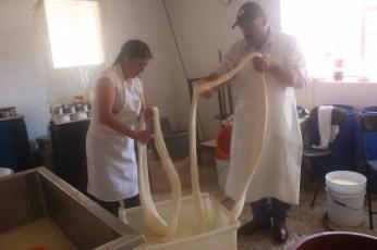 Produce empresa familiar queso de forma artesanal en Aculco 3