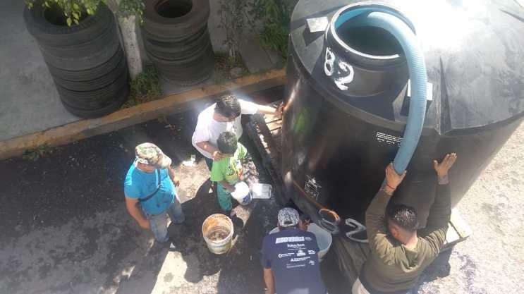Con tinacos y pipas del ayuntamiento, comienzan a surtirse de agua vecinos de Neza 5